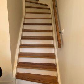 Zoals velen van jullie hebben kunnen zien zijn we inmiddels experts in traprenovaties. We komen van alles tegen en we moeten landelijk trappen schilderen, oliën, lakken en noem maar op! Gisteren en vandaag hebben we in Alphen aan de Rijn twee trappen compleet aangepakt. Deze waren gelakt, maar de bewoners vonden het niet bij de rest van het huis passen en het trappenhuis was veel te donker. Twee dagen zijn wij flink bezig geweest met als resultaat een super moderne trap én een tevreden klant.   Scrol naar beneden voor de oude situatie.  #mentorschilderwerken  #trapmetamorfose #hurdegaryp #leeuwarden #alphenaanderijn
