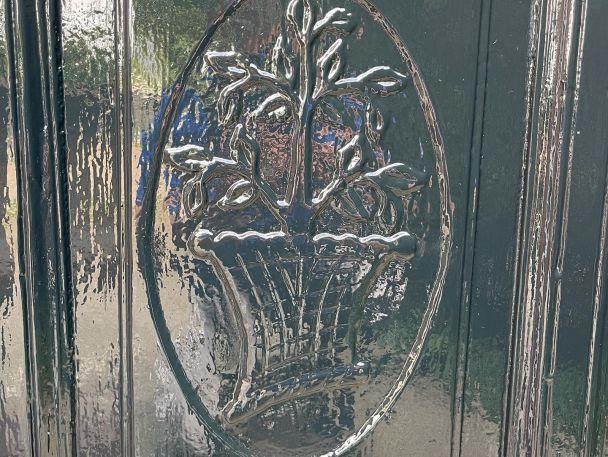 """Piet Paaltjens (1835-1894)  Wat een bijzondere pastorie hebben wij mogen schilderen 🤩  Piet Paaltjens is het pseudoniem van François HaverSchmidt die het voor het eerst in 1855 voor zijn gedichten gebruikte. De melancholieke en geestige gedichten zijn 150 jaar later nog steeds populair en de titel van zijn bundel is bij iedereen bekend: 'Snikken en grimlachjes'. Piet Paaltjens was een echte romanticus. Nou en laten wat dit als schilders natuurlijk ook zijn🤪  Piet Paaltjens Pastorie  Authentieke Bed & Breakfast in Foudgum  Eigenaars: """"Sinds 2004 wonen wij in de geheel gerestaureerde oude pastorie uit 1723. Hier woonde voorheen de beroemde dominee/dichter Francois Haverschmidt, alias Piet Paaltjens van 1859 tot 1862. Deze plek die hem inspireerde tot het maken van zijn beroemde gedichten is ook voor ons een bijzondere plek geworden. In onze authentieke b&b ontvangen wij mensen uit het gehele land en zelf buitenland""""   https://www.pietpaaltjenspastorie.nl/"""
